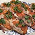 Свиные стейки, запеченные с помидорами