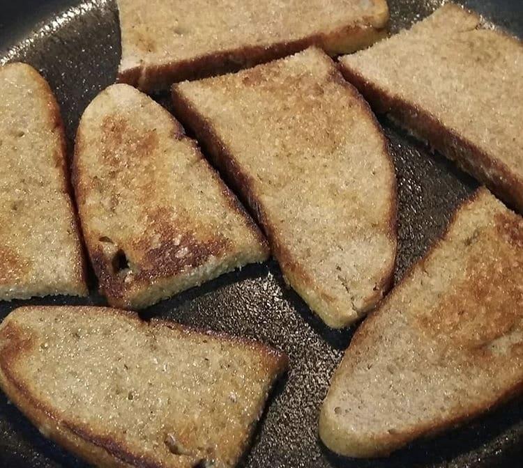 Фото рецепта - Быстрая закуска со шпротами и яйцом - шаг 1