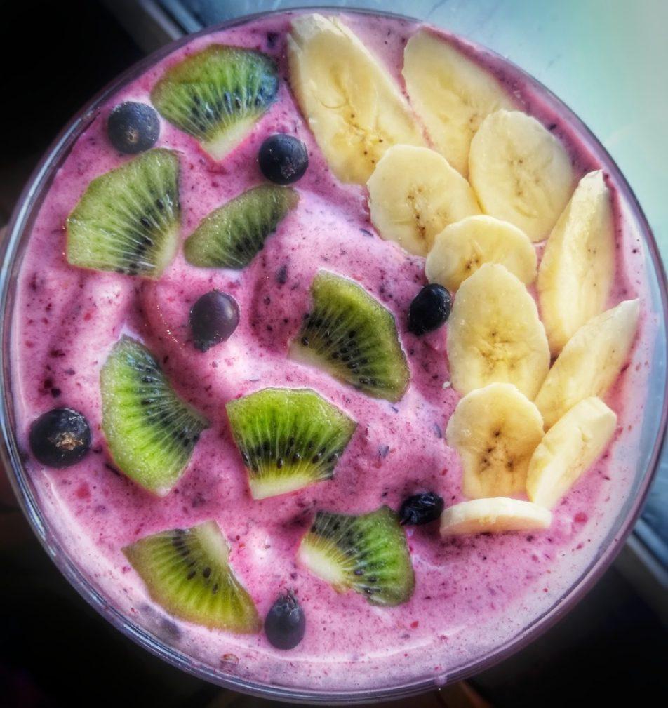 Фото рецепта - Молочный смузи-боул «Лесные ягоды» - шаг 7