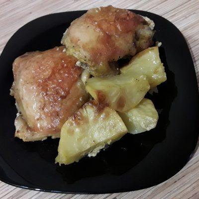 Фото рецепта - Куриные бедра запеченные с картошкой - шаг 6