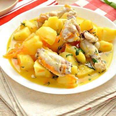Куриные крылышки, тушеные с овощами и картофелем - рецепт с фото