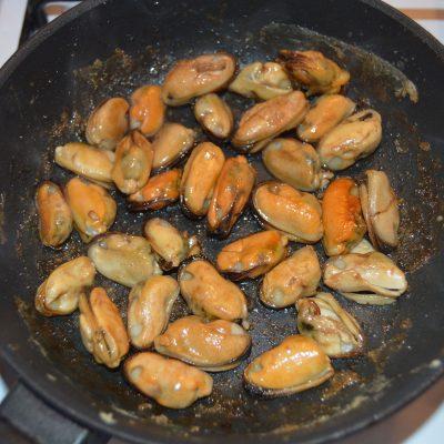 Фото рецепта - Сырный крем-суп из мидий с сухариками - шаг 4