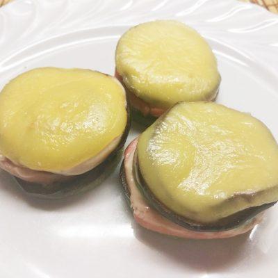 «Башенки»-гриль из баклажанов, кабачков и колбасы - рецепт с фото