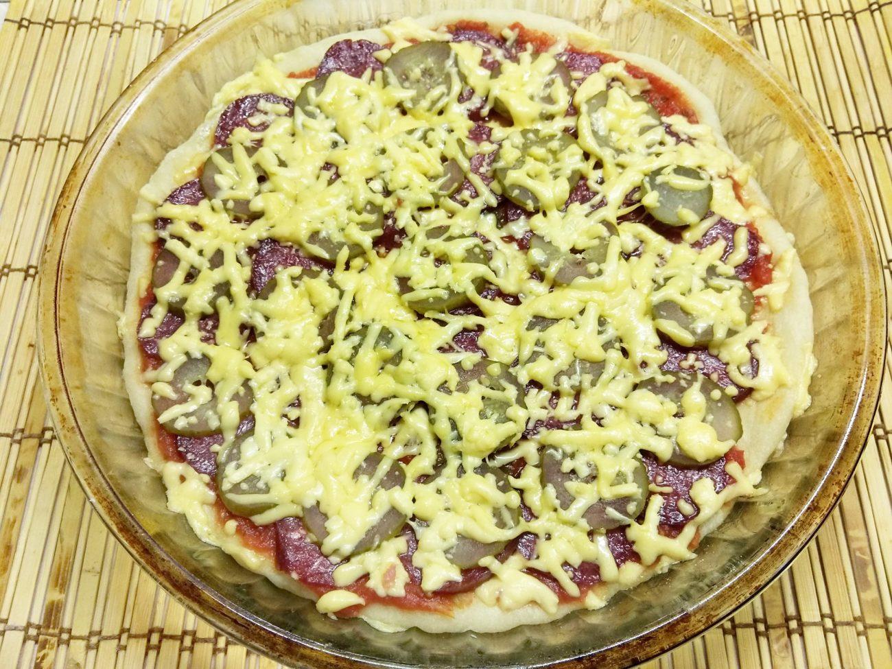 Пицца с копченой колбасой и солеными огурцами