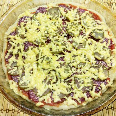 Пицца с копченой колбасой и солеными огурцами - рецепт с фото