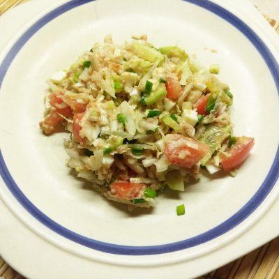 Салат из свежих овощей с консервированным тунцом - рецепт с фото