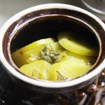 Картофель в сметане с зеленью, запеченный в горошках