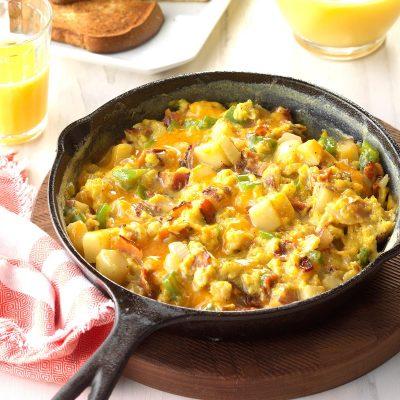 Жареный картофель с яично-сырной болтуньей на сковороде - рецепт с фото