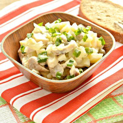 Простой картофельный салат с маринованными шампиньонами и горошком - рецепт с фото