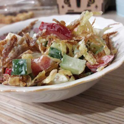 Куриный салат «Хрустик» с жареным картофелем и овощами - рецепт с фото