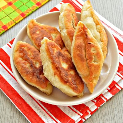 Дрожжевые пирожки с мясом на сковороде - рецепт с фото