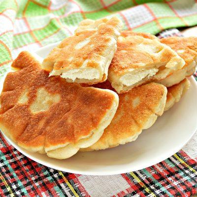 Дрожжевые плюшки с творогом, жареные на сковороде - рецепт с фото