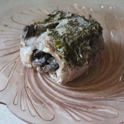 Мясные рулетики с грибами в сметанно-луковом соусе - рецепт с фото