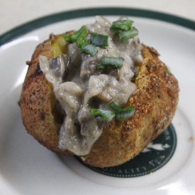 Запеченная картошка в кожуре с грибным соусом - рецепт с фото