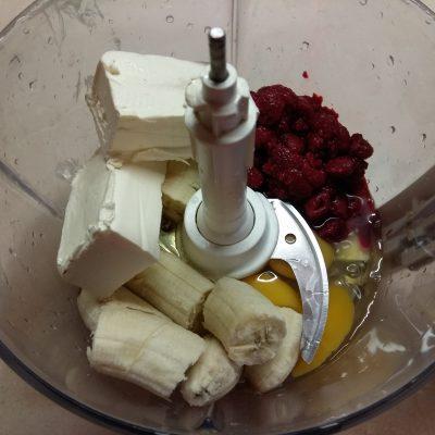 Фото рецепта - Открытый пирог с бананом и малиной - шаг 2