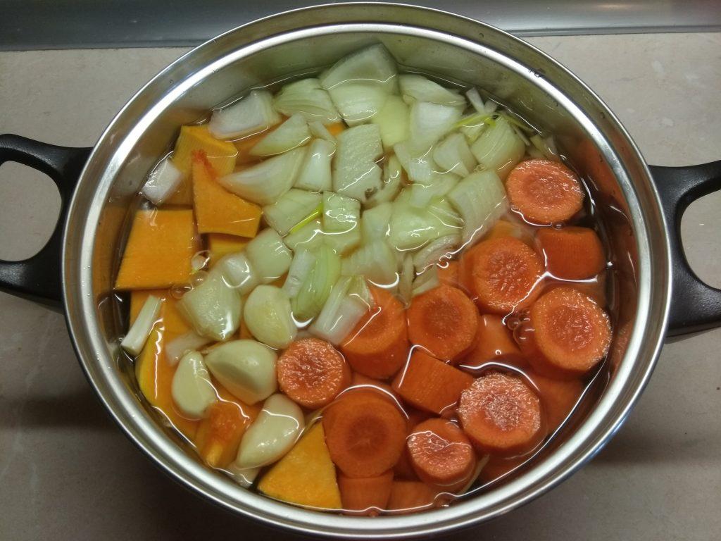 Фото рецепта - Суп-пюре из тыквы и моркови - шаг 2