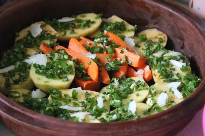 Фото рецепта - Печеные овощи с салом и зеленью в духовке - шаг 3