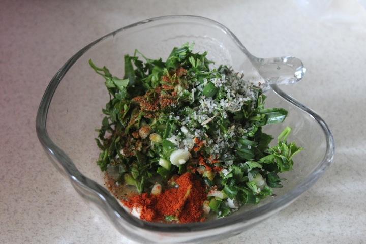 Фото рецепта - Свинина с молодой зеленью в духовке - шаг 2