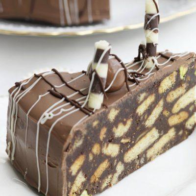 Шоколадный торт «Сладкая колбаска» с орехами - рецепт с фото