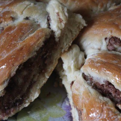 Дрожжевая булочка с орехами и какао - рецепт с фото